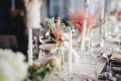 Tabla de la boda con la decoración hermosa de la flor foto de archivo libre de regalías