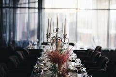 Tabla de la boda con la flor hermosa foto de archivo