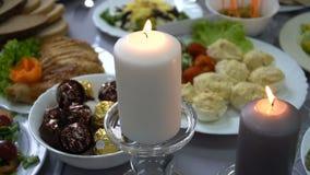 Tabla de la boda con las velas para la cena en el restaurante almacen de video