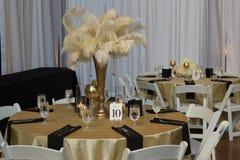 Tabla de la boda con los accesorios del oro Fotos de archivo