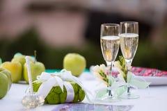 Tabla de la boda con los vidrios y los anillos del champán fotografía de archivo libre de regalías