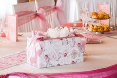 Tabla de la boda fijada con la caja imagen de archivo libre de regalías