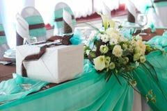 Tabla de la boda fijada con la caja Fotos de archivo libres de regalías