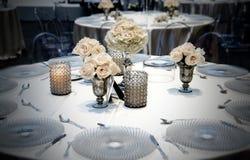 Tabla de la boda que cena la colocación con las rosas Imagen de archivo libre de regalías