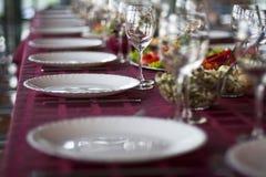 Tabla de la celebración con la comida foto de archivo libre de regalías