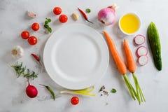 Tabla de la comida del verano con las verduras de la variedad para la sopa foto de archivo libre de regalías