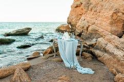 Tabla de la decoración de la boda cerca del mar o del océano Imagenes de archivo