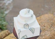Tabla de la decoración de la boda cerca del mar o del océano Imagen de archivo libre de regalías