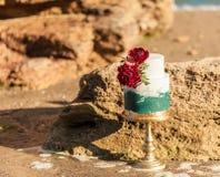 Tabla de la decoración de la boda cerca del mar o del océano Fotos de archivo libres de regalías