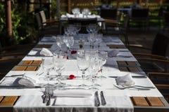 Tabla de la elegancia puesta para el sitio dinning Fotografía de archivo