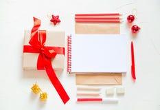 Tabla de la escuela o de la oficina cerca de la ventana Fuentes y cuaderno abierto fotografía de archivo libre de regalías