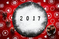 Tabla de la Feliz Año Nuevo 2017 con el azúcar y el chocolate Fotos de archivo libres de regalías
