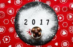 Tabla de la Feliz Año Nuevo 2017 con el azúcar y el chocolate Foto de archivo