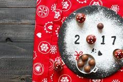 Tabla de la Feliz Año Nuevo 2017 con el azúcar y el chocolate Imagen de archivo