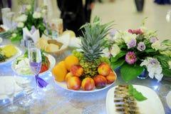 Frutas en la tabla adornada imagenes de archivo