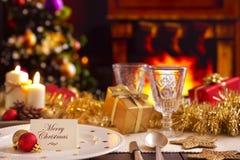 Tabla de la Navidad con la chimenea y el árbol de navidad Imágenes de archivo libres de regalías
