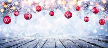 Tabla de la Navidad con las bolas colgantes rojas fotos de archivo