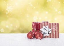 Tabla de la Navidad con las decoraciones y caja de regalo en bokeh abstracto Imagen de archivo