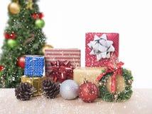 Tabla de la Navidad con las decoraciones y la caja de regalo Fotos de archivo