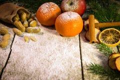 Tabla de la Navidad del vintage con la decoración Fotografía de archivo libre de regalías