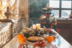 Tabla de la Navidad en la sala de estar Foto de archivo libre de regalías