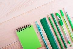 Tabla de la oficina con el espacio, efectos de escritorio verdes Foto de archivo