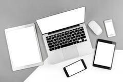 Tabla de la oficina con el ordenador portátil, tableta digital, smartphone Fotos de archivo libres de regalías