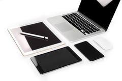 Tabla de la oficina con el ordenador portátil, tableta digital, smartphone, p Imagenes de archivo