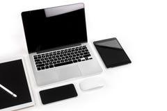 Tabla de la oficina con el ordenador portátil, tableta digital, smartphone, p Foto de archivo libre de regalías