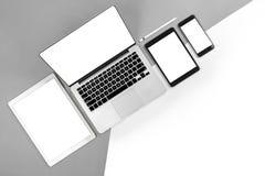 Tabla de la oficina con el ordenador portátil, tableta digital, smartphone, p Fotografía de archivo