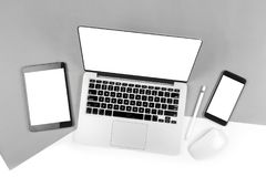 Tabla de la oficina con el ordenador portátil, tableta digital, smartphone, p Imagen de archivo