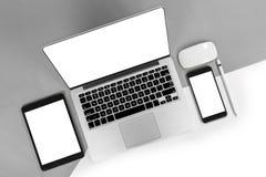 Tabla de la oficina con el ordenador portátil, tableta digital, smartphone, p Imagen de archivo libre de regalías