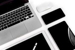 Tabla de la oficina con el ordenador portátil, tableta digital, smartphone, p Fotografía de archivo libre de regalías