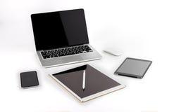 Tabla de la oficina con el ordenador portátil, tableta digital, smartphone, p Foto de archivo