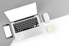 Tabla de la oficina con el ordenador portátil, tableta digital, smartphone, p Fotos de archivo