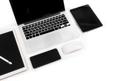 Tabla de la oficina con el ordenador portátil, tableta digital, smartphone, p Fotos de archivo libres de regalías
