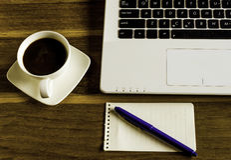 Tabla de la oficina con la libreta Fotos de archivo libres de regalías