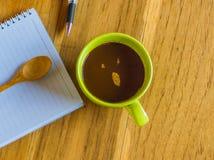 Tabla de la oficina con la libreta y la pluma, Imagen de archivo libre de regalías