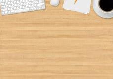 Tabla de la oficina con los artilugios Imagen de archivo libre de regalías