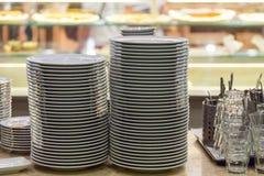 Tabla de la porción en el restaurante para la cena fotos de archivo