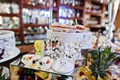 Tabla de la recepción nupcial con las diversos frutas, tortas y dulces Imágenes de archivo libres de regalías