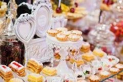 Tabla de la recepción nupcial con las diversos frutas, tortas y dulces Fotografía de archivo libre de regalías