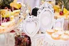 Tabla de la recepción nupcial con las diversos frutas, tortas y dulces Fotos de archivo