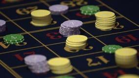Tabla de la ruleta en las manos humanas 4k del casino metrajes