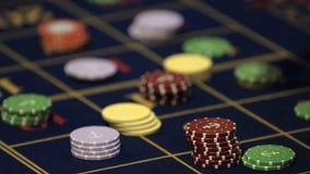 Tabla de la ruleta en las manos humanas 4k del casino almacen de video