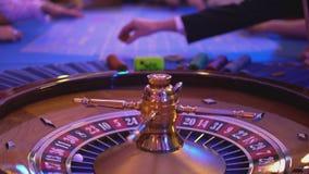 Tabla de la ruleta en un casino - más groupier paga triunfo almacen de video