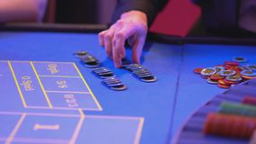 Tabla de la ruleta en un casino - más groupier prepara triunfo pagan almacen de video