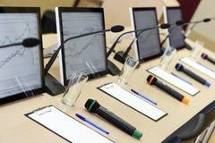 Tabla de la sala de conferencias Foto de archivo libre de regalías