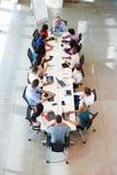 Tabla de la sala de reunión de Addressing Meeting Around del hombre de negocios foto de archivo libre de regalías