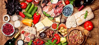 Tabla de la visión superior por completo de comida imagen de archivo libre de regalías